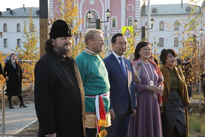 Айсен Николаев и Сардана Авксеньева приняли участие в открытии Сквера ямщиков