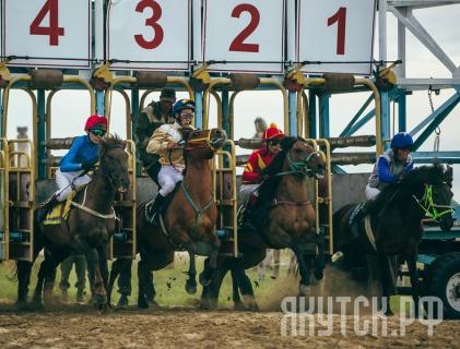 Приз главы Якутска на конных скачках выиграла команда из Амгинского улуса