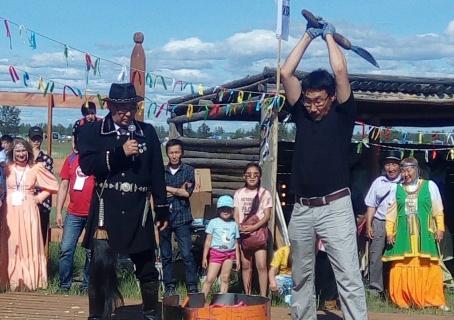 На конкурсе кузнецов показали искусство владения якутской батыйа