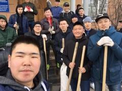 Студенты СВФУ провели субботник по очистке тротуаров и автобусных остановок