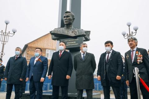 Ко Дню государственности республики в Якутске открыли сквер имени Героя Советского Союза Владимира Лонгинова