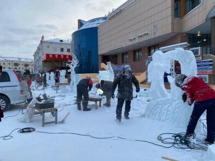 «Бриллианты Якутии»: ледовые и снежные скульптуры украсили площадь Орджоникидзе в Якутске