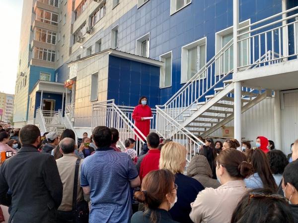 Сардана Авксентьева встретилась с жильцами дома по ул. Короленко, 25