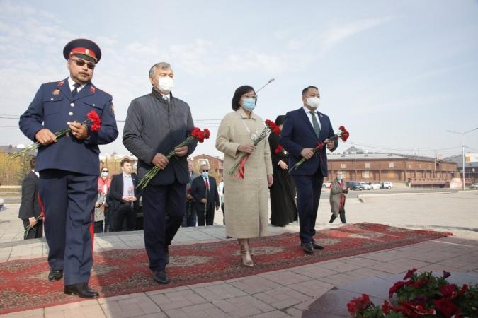 В Якутске возложили цветы к памятнику основателю города Петру Бекетову