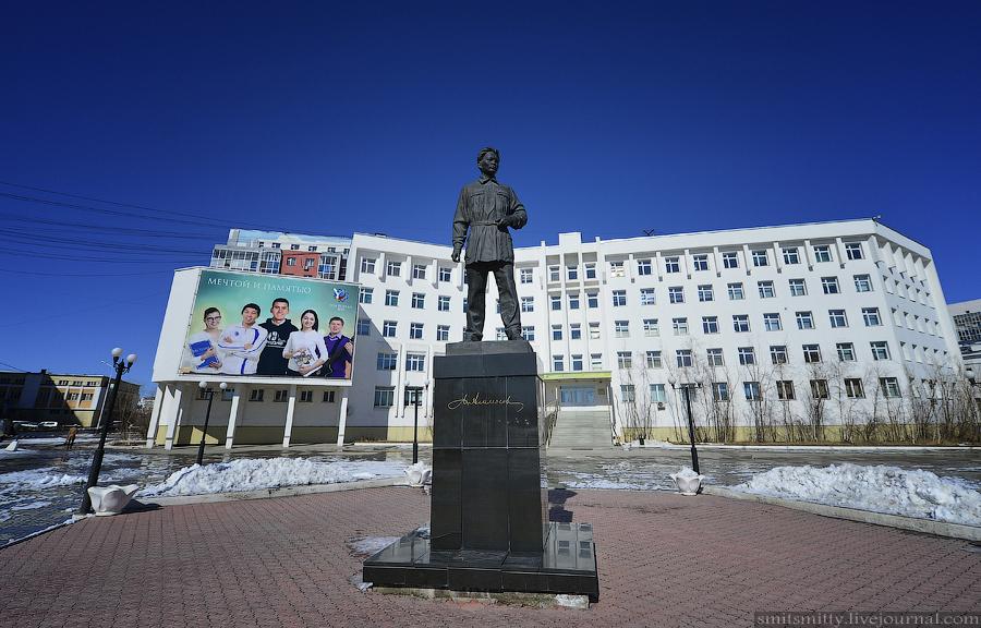 Памятник видному государственному и общественному деятелю М. К. Аммосову