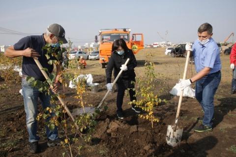 Сардана Авксентьева приняла участие в высадке деревьев в Парке Победы