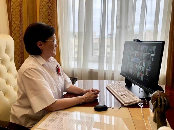 Айсен Николаев и Сардана Авксентьева поздравили ветеранов войны в режиме онлайн