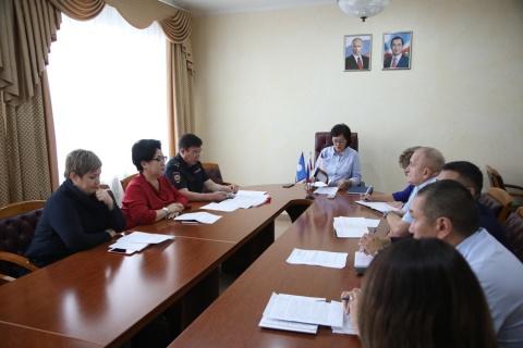 Сардана Авксентьева провела совещание по вопросам организации работы с лицами без определенного места жительства