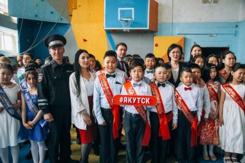 Сардана Авксентьева и Владимир Федоров поздравили выпускников СОШ № 19 с последним звонком