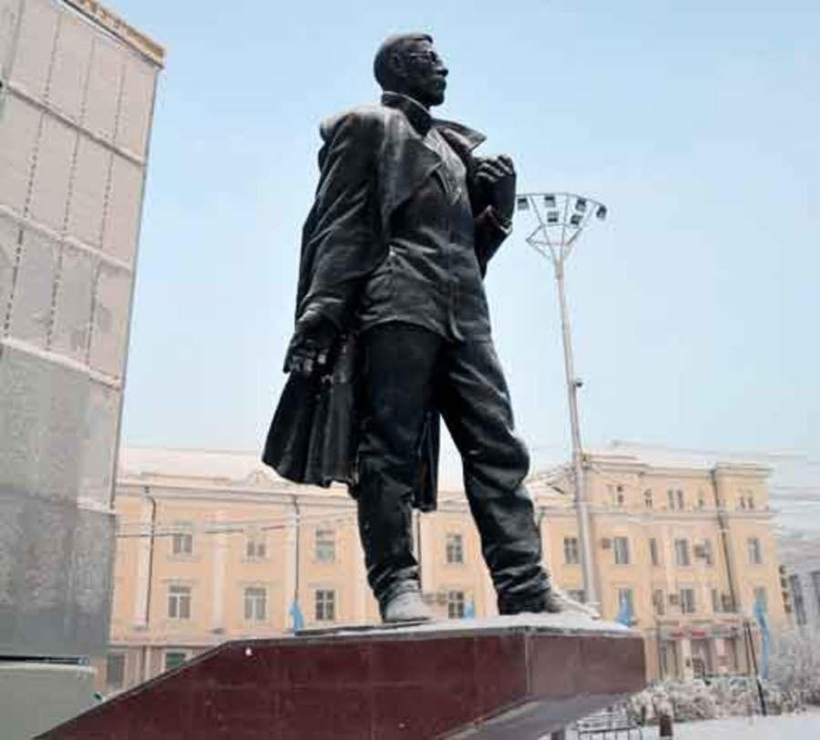Памятник основоположнику якутской советской литературы, видному государственному и общественному деятелю П. А. Ойунскому