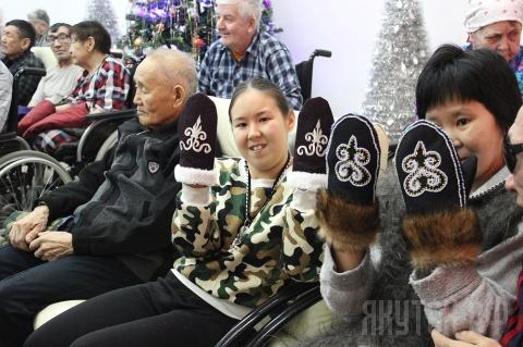 Год добра: воспитанники дома-интерната для престарелых и инвалидов получили сто пар теплых варежек