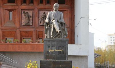 Памятник народному писателю Д. К. Сивцеву — Суорун Омоллону