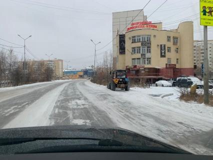 АО «Якутдорстрой» продолжает ежедневную уборку снега с улиц и тротуаров