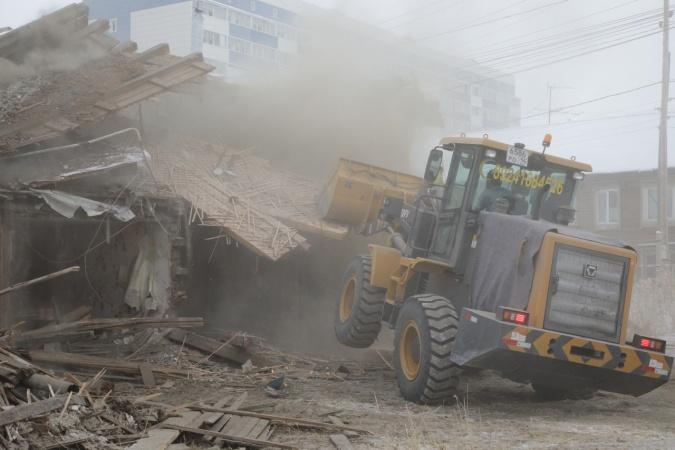 В 17 квартале Якутска начали снос аварийного многоквартирного дома