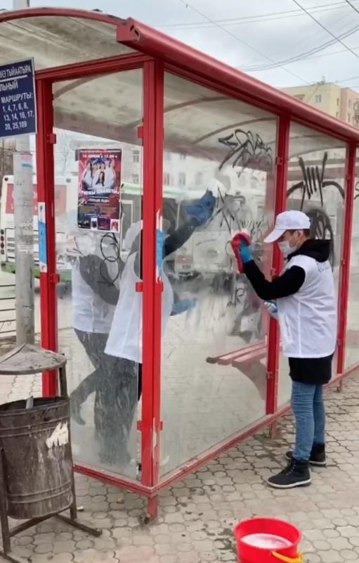 Волонтеры «Всероссийского рейтингового голосования» очистили от надписей автобусную остановку