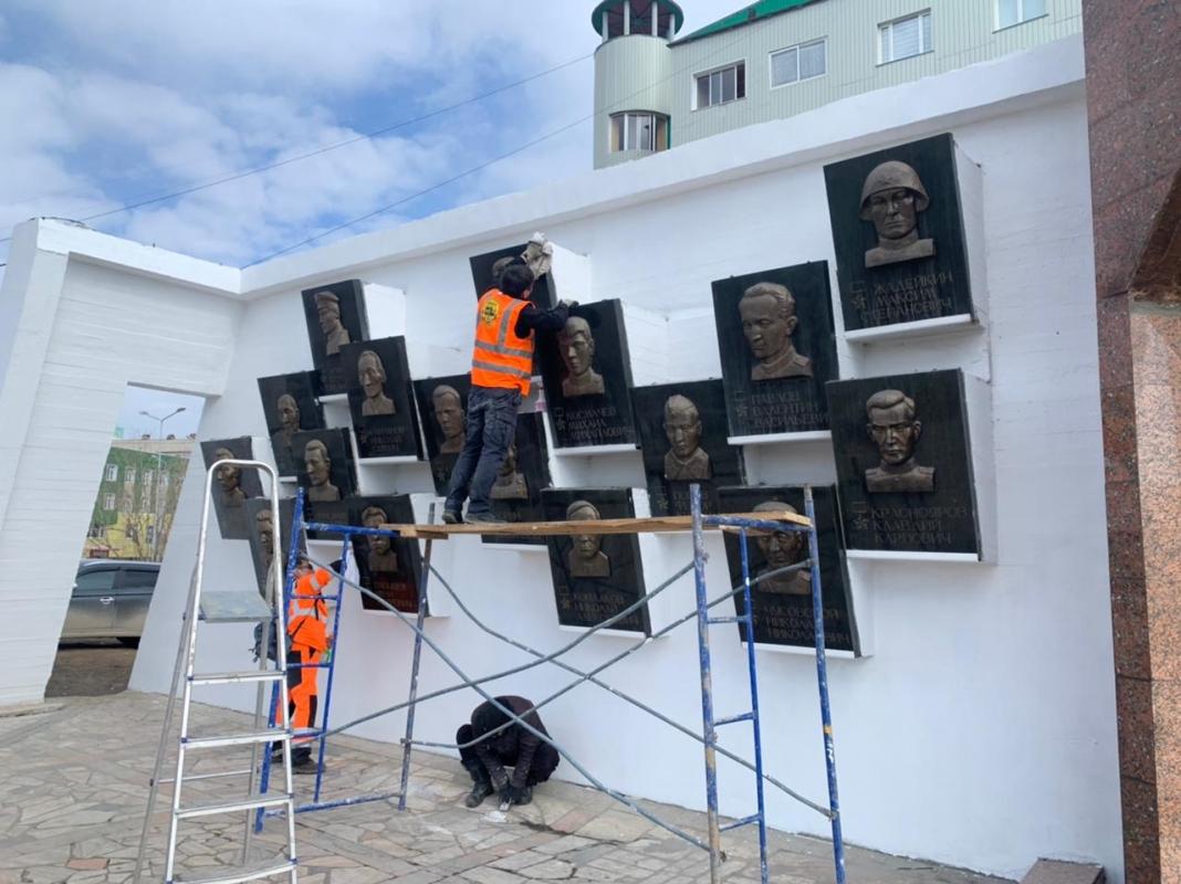 Площадь Победы и мемориал «Солдат Туймаады» подготавливают к грядущему празднику