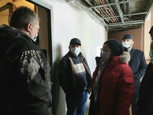 Сардана Авксентьева проверила сигнал о перебоях с отоплением в доме по ул. Чайковского