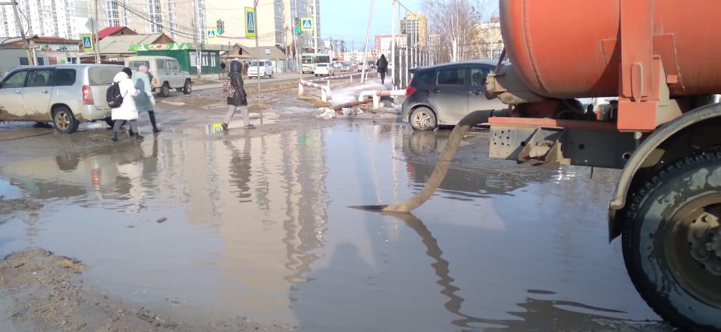 Работы по откачке воды с заниженных мест улиц продолжаются