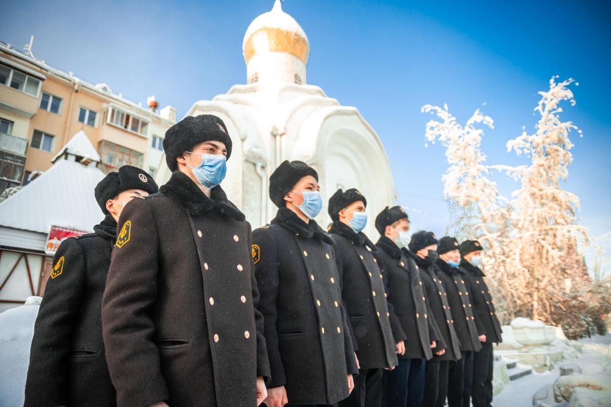 В Якутске возложили цветы к памятнику ветеранам боевых действий