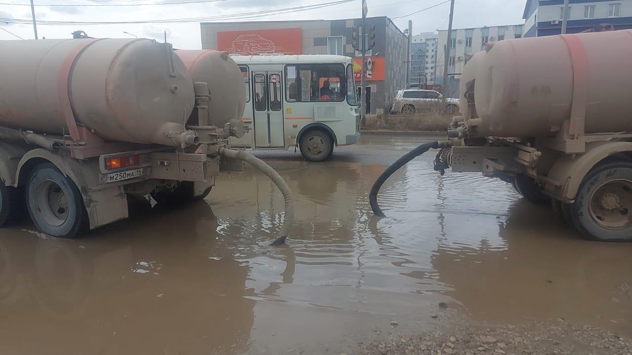 Коммунальщики Якутска продолжают откачку талых вод с улиц и дворов