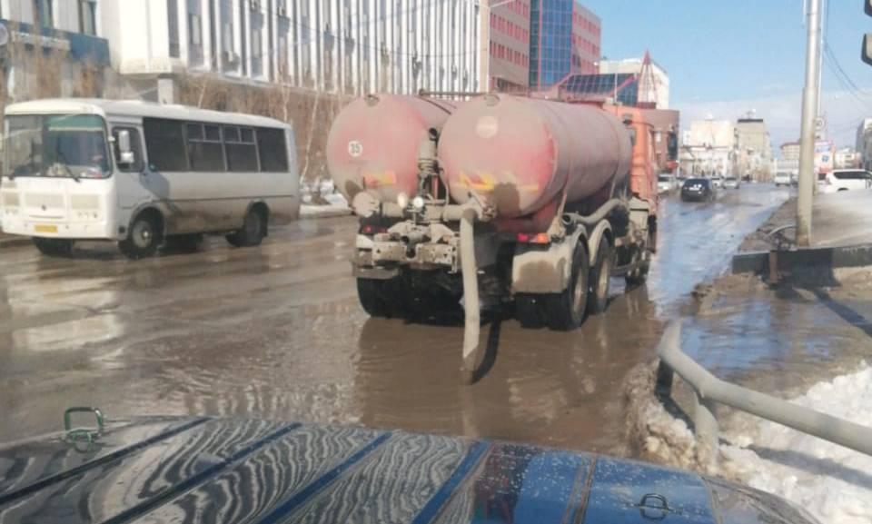 Коммунальщики приступили к откачке талых вод с заниженных мест
